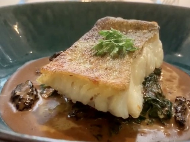 La Lorraine Dos de cabillaud rôti / Sauce morille / Pousses d'épinard